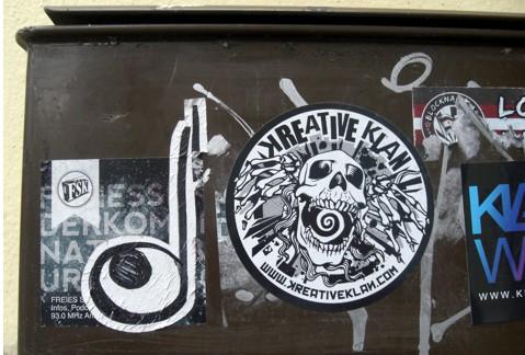 aufkleber, recht kreativ, hier beim schulterblatt 16.03.2012